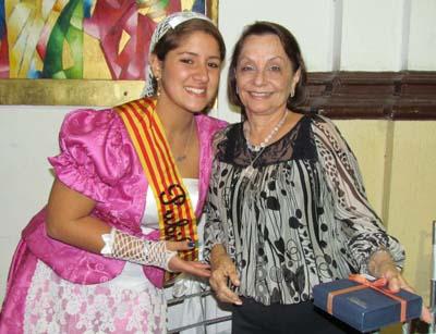 La pubilla entrega el presente a Mariana de Mainou, que lo recibió en nombre de su esposo, Joan Manuel Mainou Oro, expresidente (2010-2011).