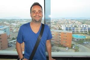 Damin Alonso Martnez, durante su conversacin con Magazine Espaol. A su espalda, parte de la Baha de Pozuelo en el Complejo Turstico El Morro.