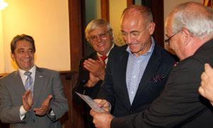 Santiago Camba recibe un diploma por su asistencia al seminario.