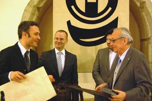 Justo Beramendi -ya con la Medalla de Oro en sus manos- saluda a Carrete, en presencia de Vázquez y Rodríguez Miranda.