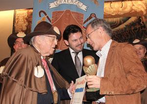 Ángel Carracedo recibe su galardón, en presencia de Rodríguez Miranda.