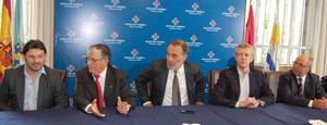Alfonso Rueda y Antonio Rodríguez Miranda, junto al embajador español y otros dirigentes, durante la visita a la Asociación Española.