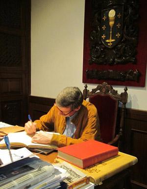 El pintor Julián Navés Viñas, firmando en el libro de visitas del Centro Gallego.