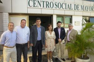 La comitiva gallega y los responsables de la institución posan ante el Centro Social de Mayores.
