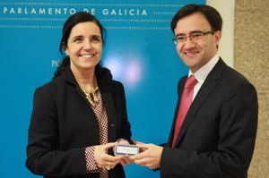 Pilar Rojo y José Julio Fernández, durante la entrega del informe anual.