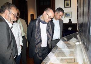 Jesús Vázquez observa los documentos de la Federación de Sociedades Gallegas.