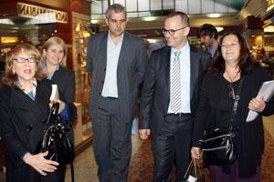 El conselleiro de Cultura y delegado de la Xunta, durante la visita para ver los murales de Seoane.