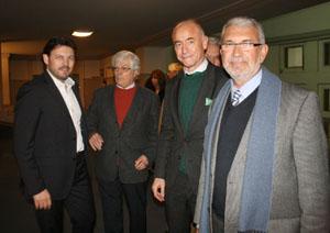 Rodríguez Miranda, junto a Eduardo Alonso, de la Unión Sociedades Gallegas; Santiago Camba, consejero de Empleo en Argentina; y Manuel Barros, delegado de la Xunta en Uruguay, saliendo del espectáculo.