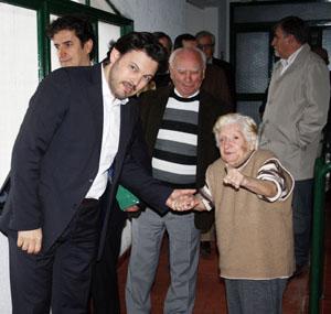 Miranda recorre el Hogar Gallego para ancianos y conversa con los mayores.