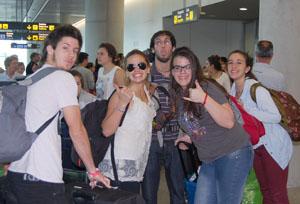 Un grupo de jóvenes del proyecto 'Conecta Galicia', a su llegada al aeropuerto de Santiago.
