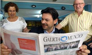 Antonio Rodríguez Miranda lee 'Galicia en el Mundo', durante su visita al Centro Gallego de Gijón.