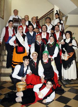 Conjunto Airiños, momentos antes de su presentación, en el marco de los festejos por el 80 aniversario de Casa de Galicia.