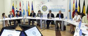 El secretario xeral de Emigración, Antonio Rodríguez Miranda, explicó las ayudas a los retornados que ofrece su departamento a los miembros de la Comisión Delegada del Consello de Comunidades Galegas en su último encuentro.
