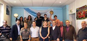 El secretario xeral de Emigración –segundo por la izquierda– en su visita a Nosa Casa de Galicia en París, con miembros de la directiva y socios de la entidad.