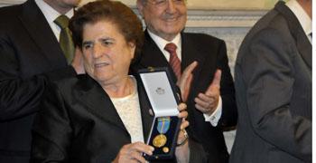 Sor Salud Conde muestra la Medalla de la Emigración.