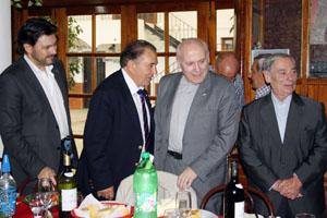 Tras dar la bienvenida al deán de la Catedral de Santiago, Antonio Miranda y Benito Santalices, lo acompañan a la mesa.