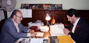 Miranda firma, en presencia de Francisco Lores, el libro de visitantes ilustres de la Federación.