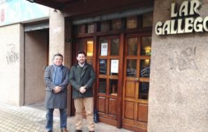 Juan Manuel Campos y Rodríguez Miranda, a la puerta de la entidad.