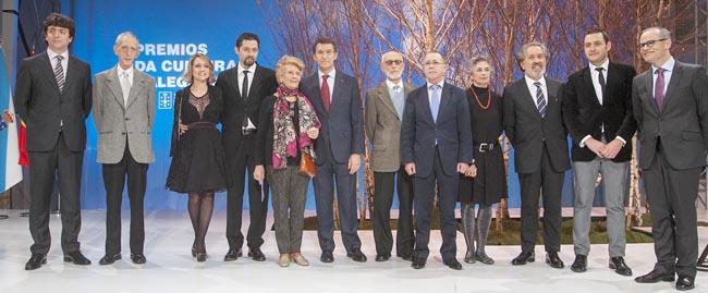 Alberto Núñez Feijóo y Xesús Vázquez, posan con los premiados.