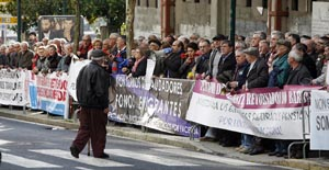 Parte de los emigrantes retornados que se manifestaron a la puerta del Parlemento de Galicia.