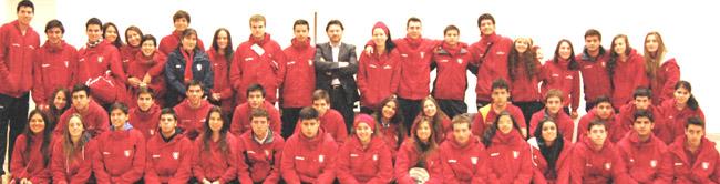 Rodríguez Miranda posa con los jóvenes participantes en el viaje organizado por el Estadio Español de Chile.