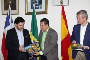 El presidente de Caballeros regala unos libros a los dirigentes gallegos.