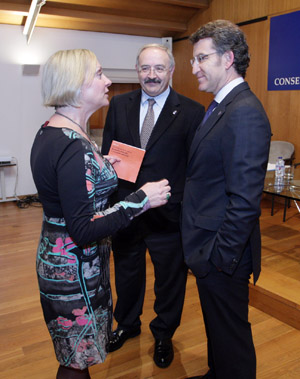 Núñez Feijóo y Jane Hardy conversan en presencia de Ramón Villares.