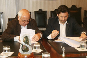 Manuel Ramos y Rodríguez Miranda firman el convenio con Casa de Galicia.