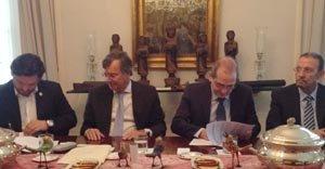 Antonio Rodríguez Miranda, secretario xeral de Emigración de Galicia (1° por la izda.), firma el convenio con el presidente de la FES, Francisco González Otero (3° por la izda.), en presencia del embajador y del consejero de Empleo y Seguridad S