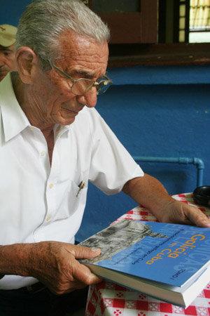 Alfredo Gómez, presidente de Beneficencia Naturales de Galicia, observa el libro.