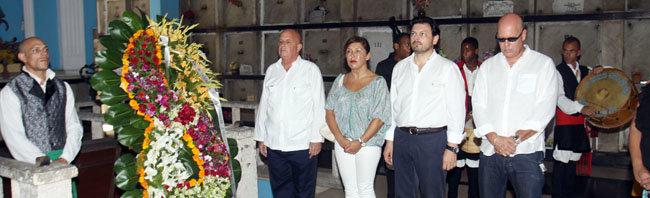 Un momento de la ofrenda en el Cementario de Colón en la que participaron Mato y Miranda.