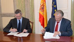 Ruiz-Gallardón y José Manuel García Collantes, durante la firma del acuerdo el pasado mes de abril.