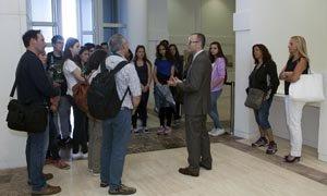 El conselleiro conversa con los alumnos durante el recorrido por el Centro Gaiás.
