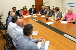 Elena Muñoz con los representantes de las plataformas de pensionistas retornados.