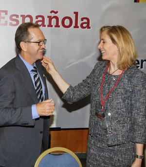 Marina del Corral felicita a Dizy tras ser elegido presidente del CGCEE.