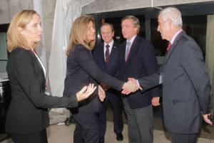 Miras Portugal saluda a la ministra a su llegada.