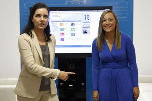 Elena Múñoz entregó los presupuestos a Pilar Rojo.