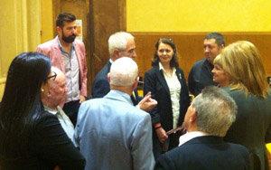 Miras Portugal charla con algunos de los asistentes a la presentación.