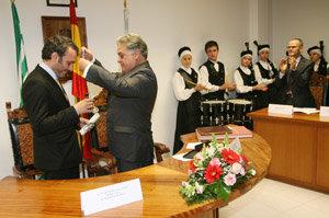Manoel Carrete, recibiendo la Medalla de Oro de Quiroga.