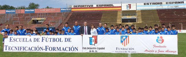 Jugadores y técnicos posan durante la inaguración de la Escuela Deportivo Español-Fundación Atlético de Madrid.