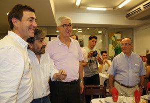 Roberto Jiménez y Gustavo López conversan con afiliados y simpatizantes durante la Fiesta de la Rosa.