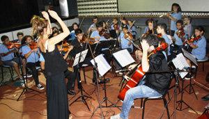 Actuación de la Orquesta Escuela Juvenil de San Telmo, dirigida por Clara Ackermann.