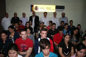 Las autoridades gallegas y las españolas en la Isla posan junto a los jóvenes.