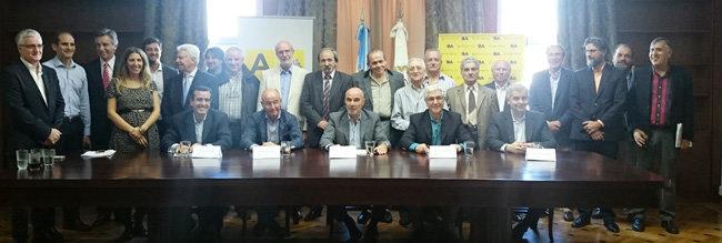 Representantes de la Embajada, del Gobierno porteño y de la Federación Unión de Asociaciones Gallegas posan tras la firma del acuerdo.