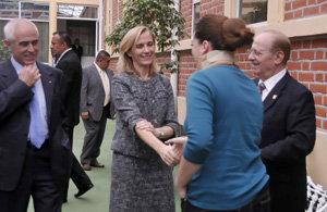 Marina del Corral saluda a una usuaria del Hospital Español de México, en presencia de Miras Portugal y Daniel Suárez, en una visita al centro sanitario.