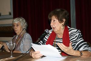 Sofía Carrizo, junto a Concepción Massa, durante su disertación en el Club Español.
