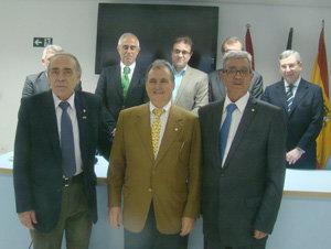 En primera fila, los tres premiados con la Medalla de la Emigración. Detrás, Miras Portugal y el resto de autoridades.