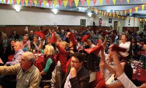 Los asistentes ondearon las servilletas para seguir las canciones del coro.