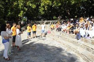 Beatriz Mato habla con los participantes en el campamento juvenil de Gandarío.