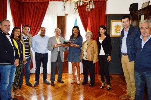 Nidia Arévalo entrega los presentes a José Leirós, durante el encuentro.